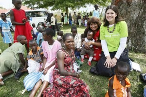 Jennifer Burden of World Moms Blog and Felicia Hilbert of Mom Congress with families at a UNICEF Family Health day in Kabarole, Uganda. Photo credit Stuart Ramson/UN Foundation October 2012.